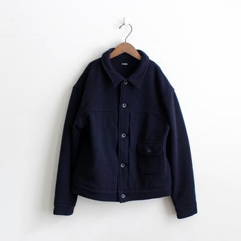 極上のイタリア製メルトンを使った上質なジャケット。Gジャンのファーストモデルを採用したシンプルなデザインは、カジュアルからフェミニンまで、幅広いコーデに合わせることができます。柔らかな生地で、軽い着心地なのもうれしい♪