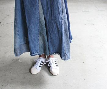フェミニンコーデに大人っぽくスニーカーを合わせるなら、ロング丈のスカートやワンピースがおすすめです。