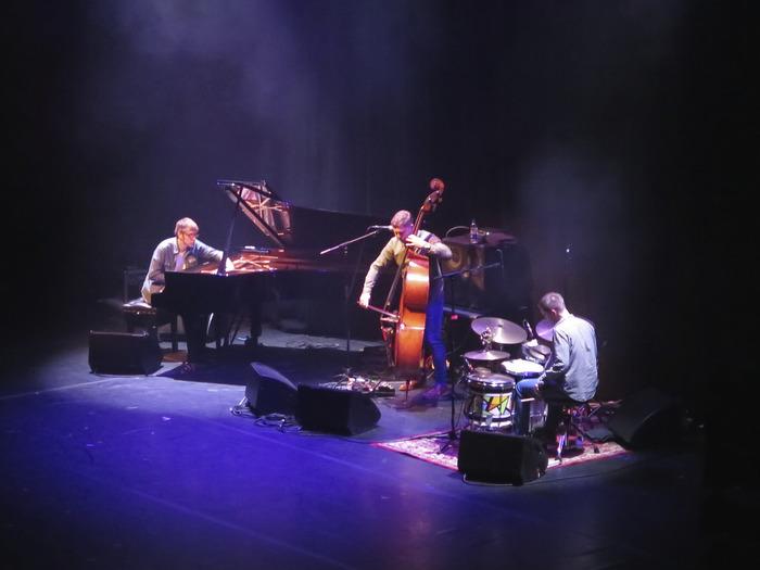 イギリスの新進気鋭のジャズトリオで、こちらもジャズと一口で言えないほど、クラシックやテクノなど様々な音楽の影響が感じられて、幅広い人に支持されています。