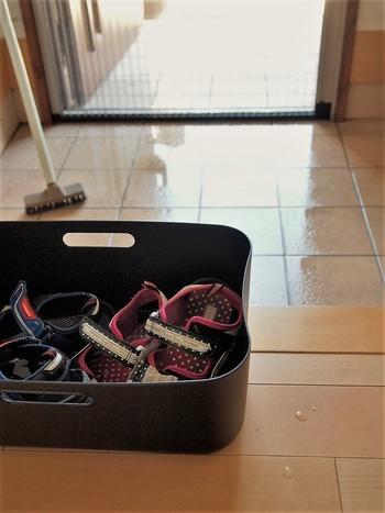 残った溶液に、夏用サンダルなどをつけ置きして、靴用ブラシで軽くこすれば、汚れも簡単にオフ。さらに残った溶剤はトイレに溜めて便器のつけ置きに。一度で様々な掃除が簡単にできます。