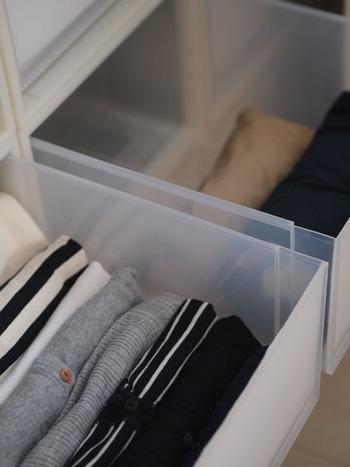 収納ケースの中は、一目で何の服が入っているか分かるように、立てて収納するといいですよ。