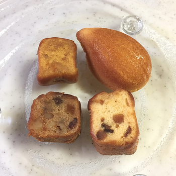 焼き菓子は持ち歩きにもうれしいちょっと小ぶりなサイズ。おいしさがギュッと詰まっています。ドライフルーツもたっぷりと入っているのがうれしいですね。