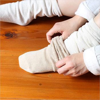 """最近、巷で人気の""""冷えとり靴下""""ご存じでしょうか?足元を温めることで冷えをとり体全体を温める方法。靴下の重ね履きです。  「毎日をここち良く暮らすためのあれこれ。」の品を届ける""""arekore""""プロデュースの冷えとり重ね履きソックス。まず一番最初に履くシルクの五本指ソックス、そして綿の五本指ソックス、シルクの普通のソックス、最後に履く綿のソックスの4足がセットになっているので、気軽に冷えとり生活を始めることができます。どのくらい効果があるのか試してみても損じゃない!?"""
