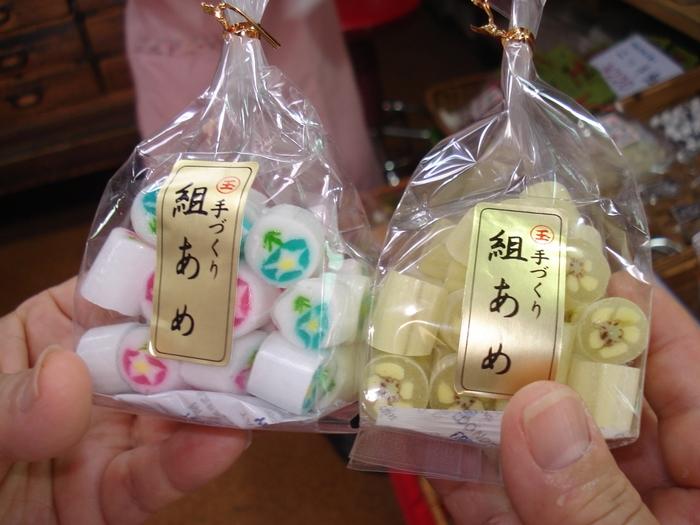 色の違う飴を組み合わせる「組飴」は玉力製菓の人気商品。食べるのがもったいないほどキレイですね。