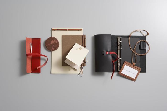 「KAKURA」は1998年に設立されたデザイナー石原ゆかりさんによるオリジナルブランド。紙・革・土・竹を素材に、ステーショナリーやインテリア小物、ファッション小物を制作しています。