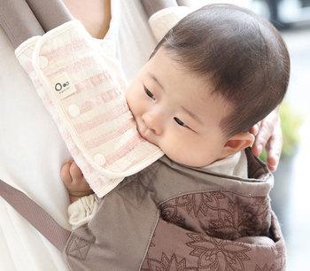 近くにあるものはなんでも口に入れたがる赤ちゃん。抱っこひもにも、汚れたら外して洗えるカバーをつけておくと清潔に保てます。赤ちゃんがたくさんしゃぶってもいいように、オーガニックコットンなどの優しい素材で作ってあるものを選ぶと安心ですね。