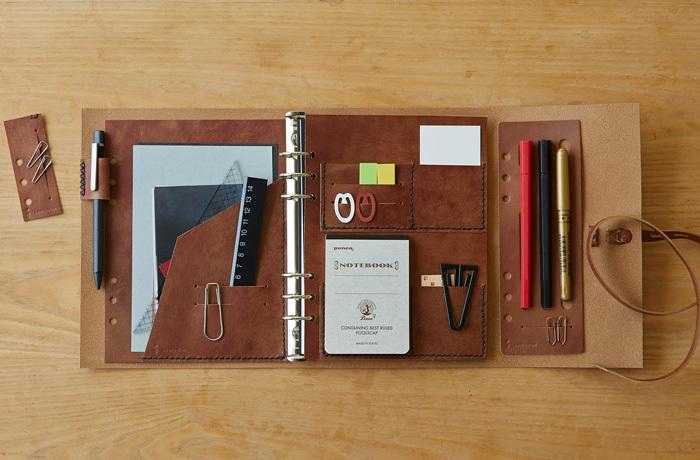 リフィル使いで自分好みの使いやすい手帳にカスタマイズすることができます。ペンや定規、メモ帳、クリップなど仕事に必要な物を、手帳一つにすべて収めることができ便利。