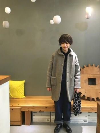 キュートな丸襟のコートによく似合うふわふわのパーマヘア。短めの髪とボリュームのあるコートはバランスがいいですね。