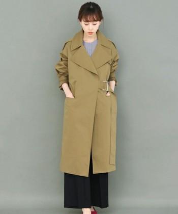 サイドベルトというさりげないお洒落感のあるロングコート。ちらりと見える赤い靴とリップを合わせて、エレガントスタイルに仕上げました。