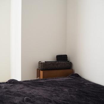 こちらの木製のケースは実はケーブルボックス。上部が平らな蓋になっているので、その上にほかのものを置くこともできます。