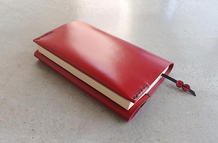 ストレートに素材を感じられるシンプルなデザイン。ほのかなツヤ感あるナチュラル仕上げの牛革だからこそ、伝わるものがあります。本の厚みにあわせて革を折り返せるので、プレゼントにも人気。