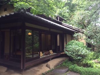 西武新宿線中井駅から徒歩で7分ほどの「林芙美子記念館(はやしふみこきねんかん)」。小説「放浪記」「浮雲」などで知られる作家の林芙美子が昭和16年から昭和26年にその生涯を閉じるまで住んでいた住宅を現在は記念館として開放しています。