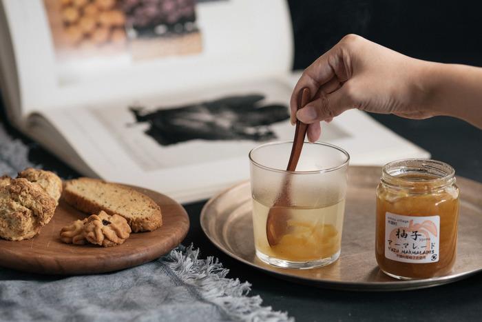 冬の果実を代表する柚子には、体を温める効果があります。ビタミンCを含み、風邪予防にもなるので、柚子ジャムやシロップを常備しておけば、いつでも柚子茶が楽しめますよ。