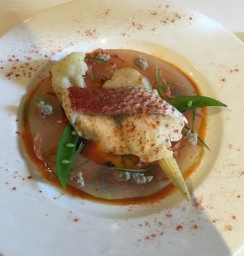 主菜「料理長おすすめの魚料理特製ソースで」。真鯛のパプリカソースだったそう。