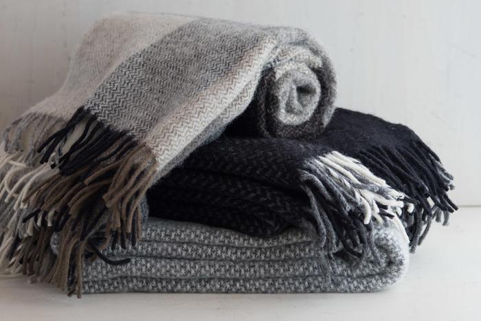 リビングや寝室で活躍する「ブランケット」。ちょっと肌寒さを感じた時にサッと使えるので、エアコンの温度を上げる事なく体を暖める事ができます。