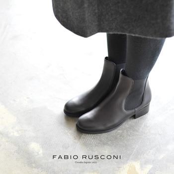 伸縮性があり、脱いだり履いたりがラクなサイドゴアブーツは、秋冬の定番として大人気ですね。シーズンを通して、長く履けるのもうれしい。写真は「FABIO RUSCONI(ファビオルスコーニ)」のサイドゴアブーツ。
