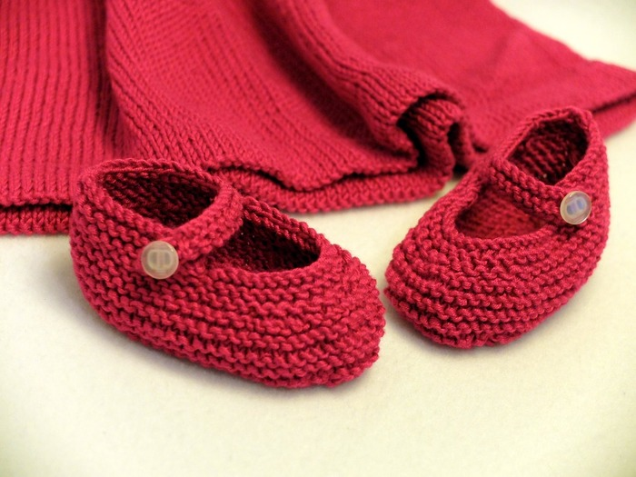 編み物って冬だけのものではありません。夏に纏えるサマーニット素材のものや麻素材、毛糸以外の糸がたくさんあります。セーターや手袋、マフラー以外に、ワンピースやドレス、バッグやインテリア用品、キッチンたわしなども作れてしまうなど、編むことで自分の周りのあらゆる物を作ることができてしまうのです。糸をほどけばまた再利用できるなどそのリサイクル要素もとても注目されています。年齢や体力も関係なくあらゆる場所で、一人でコツコツとできるので、一生続けることのできる習い事です。