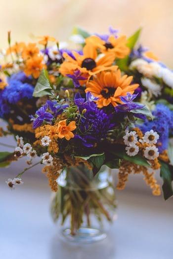 花束をまるごとバランスを整えて花器に活けるのは、ボリュームがありお部屋を一気に華やかにしてくれます。