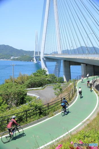 しまなみ海道はサイクリストの聖地と呼ばれるほどサイクリングロードとして有名で、アメリカの放送局・CNNが選ぶ「世界で最もすばらしい7大サイクリングコース」にも選ばれているんですよ。