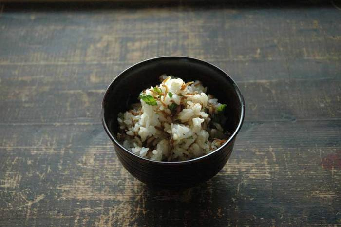 【じゃこご飯】 先ほどのしらすの佃煮を木の芽と一緒に混ぜご飯に仕立てて。シンプルなのに、料亭でいただくご飯もののように繊細な味わいですよ。