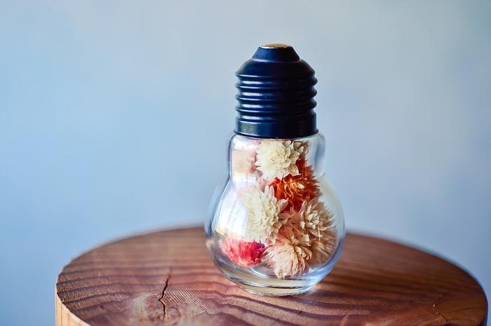 ドライフラワーをそのまま吊るしてインテリアにするのも素敵ですが、入れるものにこだわり飾るのもおすすめです。 こちらは電球ボトルにドライフラワーを入れたもの。カラフルにすればより可愛らしさが引き立ちます。