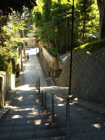 記念館のそばの「四の坂」も趣がありますね。竹林の奥に記念館があります。
