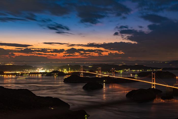 夜になるとこの通り、美しいライトアップを眺めることができますが、瀬戸内海の多くの橋は漁業に影響がでないよう週末だけのライトアップだそう。自然とともに生きる瀬戸内の姿がこういったところからも垣間見ることができますね。
