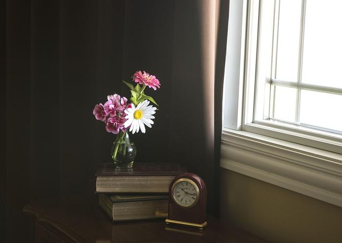 注意をはらって花を花器に活け、飾ったその後も花への注意点はいくつかあります。  ・冷暖房の風は直接当てないこと ・水中の細菌が増えるのを防ぐためにも高温多湿の場所は避ける ・水換えは小まめに、また水に浸かっていた茎のぬめりもきちんと落とす ・枯れてきたものは取る  これらを守ることでより長く美しい状態が楽しめます。