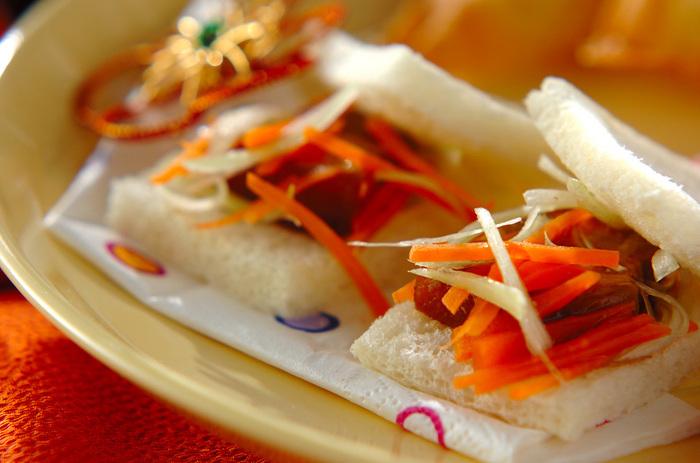 市販の角煮をネギと一緒 にパンに挟んだ、一口サイズの簡単レシピ。おもてなしにも使える斬新なアイデアサンドです。