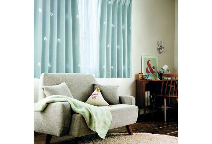 カーテンには、「遮熱・断熱」機能が備わった生地があります。冷たい外気を守り、お部屋の暖かさを外に逃さない役割を果たしてくれます。