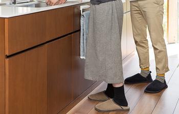 フローリングのお部屋は、足元から冷えを感じやすいので、ルームシューズを履いて底冷えする寒さから守りましょう。