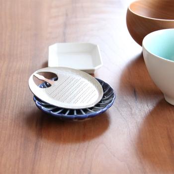 縁起の良い「鶴型」のおろし金をテーブルに置けば、みんなの笑顔が広がります。軽い力で手早く薬味を作れるのも嬉しい。