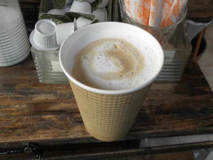 ちょっと肌寒い日は、ホットのミルクコーヒーがおすすめ。コーヒーの苦味とミルクのコクのバランスが絶妙です。