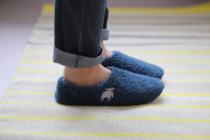 """エルク(ヘラジカ)のマークがユニークな""""MOZ""""。1996年設立の Farg&Form(フェルグ アンド フォルム)社のアニマルコンセプトブランドです。  この見た目からして、もこもこフワフワでとってもあったかそう。足を入れてまず感じるのは、そのフィット感。気持ちよく足を包み込んでくれます。"""