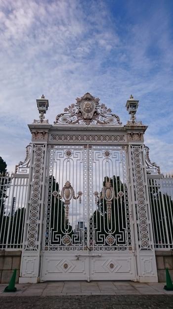この門も美しい!各国の国王や大統領、国賓なども訪れ、日本外交の舞台になっています。一般公開は接遇に支障がない範囲で行われていますので、リンクのHPから申し込みをしましょう。