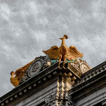 屋根の上には「鸞(らん)」と呼ばれる伝説上の鳥があしらわれています。凛々しくて迫力がありますよ。