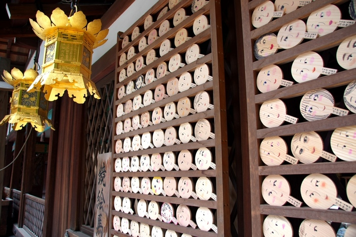美貌の神様として知られる玉依姫命を主祭神として祀る下賀茂神社は、縁結び、安産などのご利益があることで知られています。手鏡のような可愛らしい絵馬に、想いを綴ってみてはいかがでしょうか。