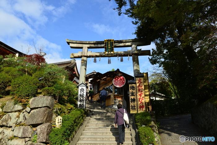 京都屈指の観光名所として知られる「清水寺」に隣接する地主神社は、良縁成就、縁結びの神様が祀られている神社で、女性にとても人気があります。