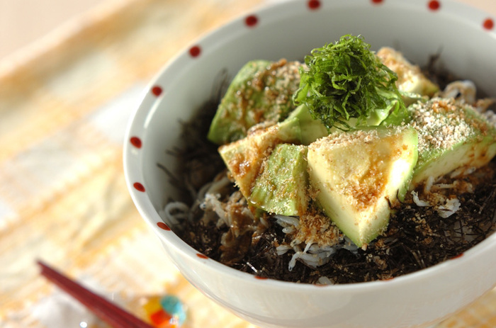【アボカドシラス丼】 濃厚なアボカドのコクとしらすの旨味がなんとも贅沢な味わいの一品。海苔としそをたっぷりかけて、わさび醤油でいただくのがポイント。アボカド好きにはたまらない丼ぶりです。