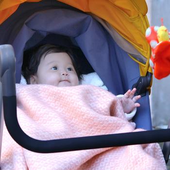 ウール100%でふんわり織られたスローです。デザインも可愛く、柔らかくて軽いので、ベビーカーでお出かけする赤ちゃんの風よけにもぴったり。