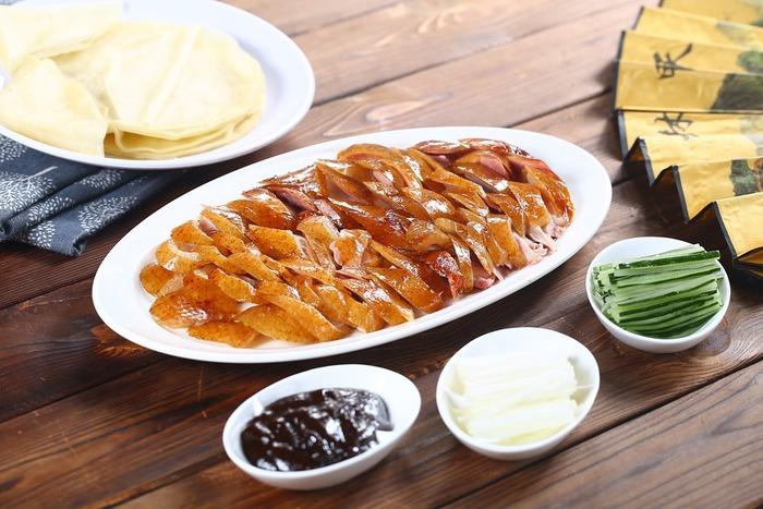 """「甜麺醤」と聞いてピンと来なくても""""北京ダックについてくるお味噌""""と言うと知っている方も多いのではないでしょうか。一言で言うと甘口のお味噌で、過熱せずにそのままお野菜などに付けて食べられるのが特徴です。"""