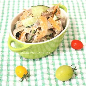 いつものごぼうサラダも、リボン状に薄くスライスすることで、さっと茹でただけでも食べやすく、シャキシャキな食感を楽しめます。