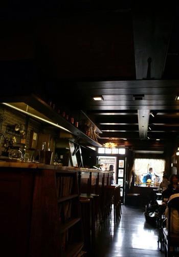 「祇園カトレア」は、先に紹介した「いづ重」の近く、四条通沿い。八坂神社門前に店を構える、創業60年を超える喫茶店です。  木調でまとめられた店内には、年季の入った椅子が並び、花が活けられ、シック。ゆったりと客を憩わせる、落ち着いた雰囲気です。