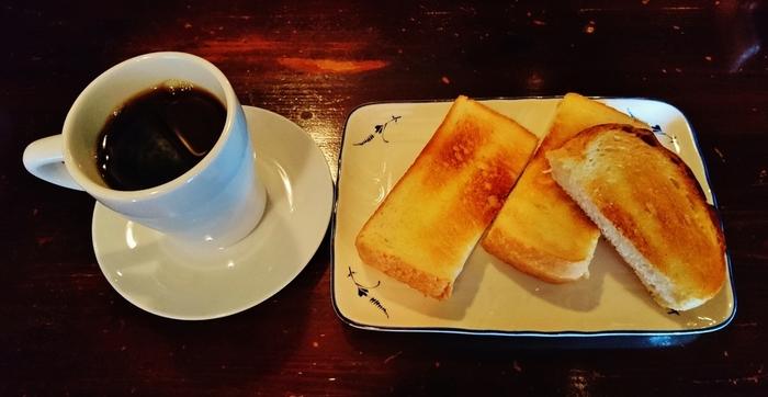 メニューは、珈琲や紅茶、ココアといったドリンクメニュー、トーストやピラフ、カレーやオムライス、焼きうどんの軽食、アイスクリームやデザートセット等など。【サクサク、もっちりの厚切りトースト&珈琲の「トーストセット」】  この店の最大の魅力は、やはり御神水を用いたハンドドリップ珈琲と、ゆったりと時が流れる店の風情。しっとりとした散策をする方にお勧めの喫茶店です。