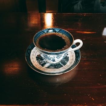"""「カトレア」の自慢は、珈琲に用いる""""水""""。 かつて八坂神社の敷地内だったというカトレアでは、創業時からずっと、神社の""""御神水""""と同じ水脈の水を用いて、珈琲を淹れています。  注文が入る毎に、丁寧にドリップした珈琲は、すっきりとしてコクがあり、香り豊かと評判です。中でもお勧めなのが「古(いにしえ)珈琲」。""""豊かなコクと苦み""""が染み入るような味わいと評判の逸品です。"""