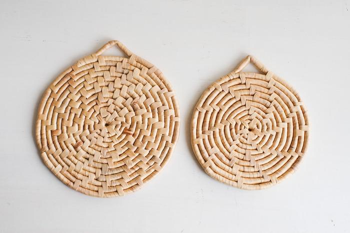 タイ発の水草の鍋しきは、どんなインテリアにもなじみやすいシンプルなデザイン。壁にかけて収納でき、軽くて丈夫なので気兼ねなく使えるのが嬉しい。