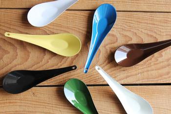 倉敷意匠(くらしきいしょう)と野田琺瑯(のだほうろう)が作りあげた「琺瑯れんげ」。全7色を揃えて1人ずつ色分けするとテーブルも華やかになります。口当たりがよくスープも飲みやすい、薄手ですっきりしたデザイン。