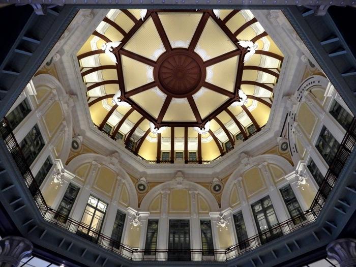 再生された南北ドームの屋根には八角のレリーフが。その隅にはそれぞれ方角を表した干支の彫刻があります。戦災で焼け落ちてしまったドームですが、見事な彫刻と共に蘇りました。長い歴史を見つめ続けてきた、レンガ造りの東京駅。これからも東京の発展を見守っていくことでしょう。