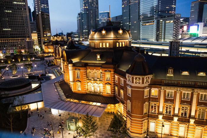 東京のシンボルとも言える「東京駅(とうきょうえき)」も実はとても歴史のある建物。大正3年(1914年)に開業した東京駅丸の内駅舎は、平成24年(2012年)に復原が完了し、当時の姿に戻りました。
