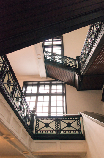 1階から3階まで続くこの階段も建築当時から使われているもの。美しい装飾が素敵です。ずっと使い続けていってほしいですね。